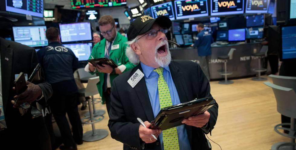 Um corretor, com um boné que comemora o recorde de 22.000 pontos do Dow Jones, no fechamento da jornada na Bolsa de Nova York em 2 de agosto.