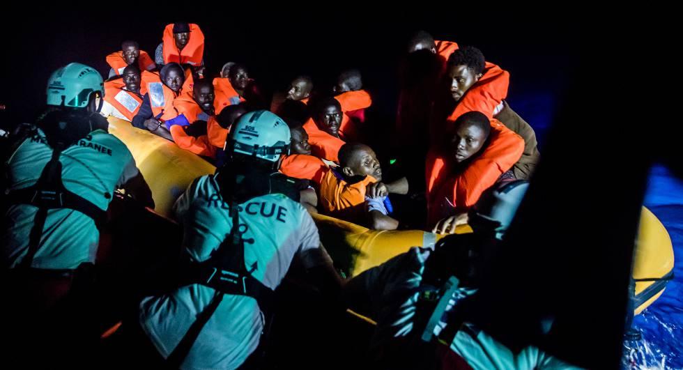 Um grupo de imigrantes é resgatado pela equipe do navio 'Aquarius', no dia 9 de maio.