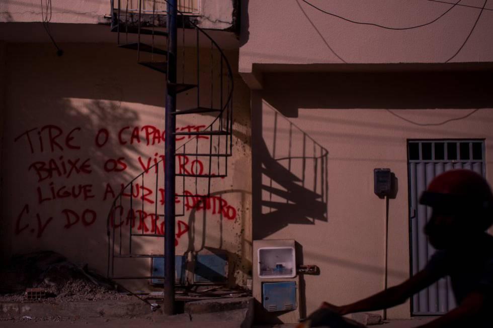 Em Fortaleza, os muros das comunidades de anunciam quem manda naquela área.