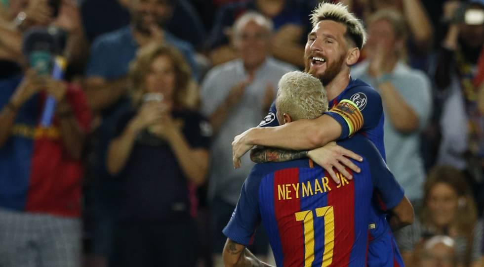 Messi comemora com Neymar.