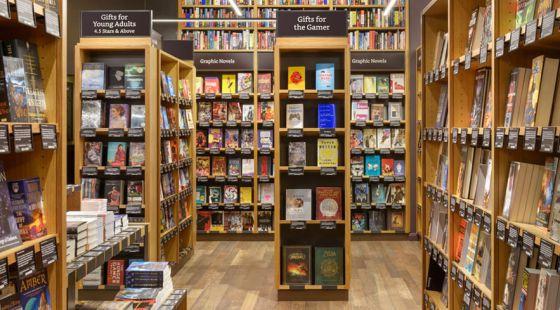 Prateleiras da loja física da Amazon Books em Seattle.
