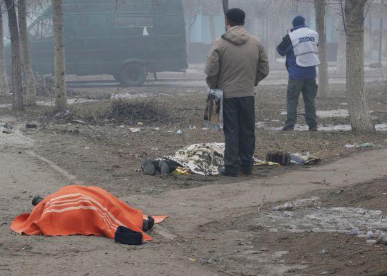 Dois mortos depois do ataque contra uma área residencial em Mariupol.