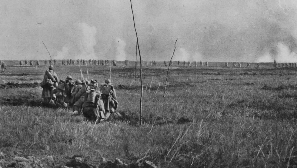 Soldados franceses, na ofensiva comandada pelo general Georges Nivelle durante a primavera de 1917 no hemisfério norte, na frente ocidental.