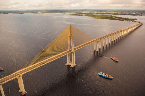 Ponte sobre o rio Negro.