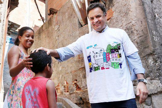 Aécio em campanha nesta segunda-feira, no Rio.