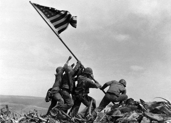 Fuzileiros içam a bandeira em Iwo Jima, na Segunda Guerra.