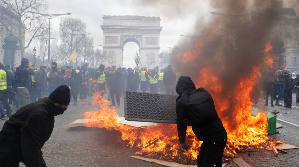 Protesto dos 'coletes amarelos' no sábado diante do Arco do Triunfo, na Champs-Élysées, em Paris.
