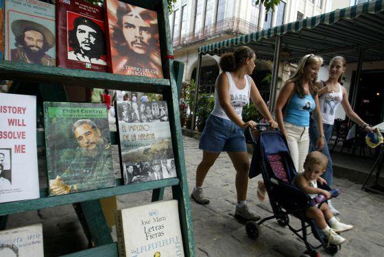 Estante de uma livraria em Havana, em 2006.