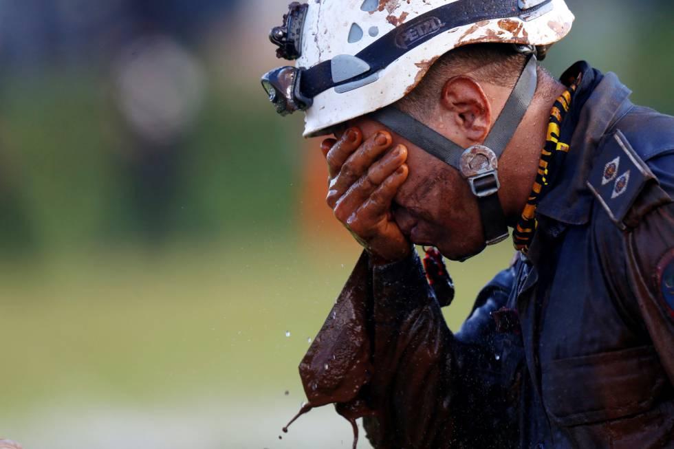 Homem trabalha no resgate de vítimas em Brumadinho.
