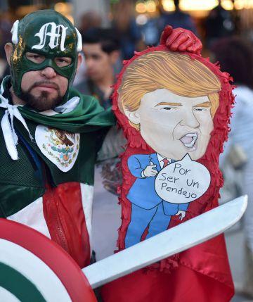 Homem carrega pinhata de Trump na Comic Con.