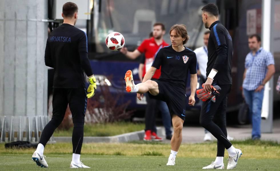 Luka Modric (ao centro) treina entre os companheiros para enfrentar os dinamarqueses.