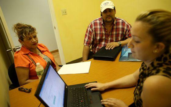 Dois cidadãos de Miami recebem assistência para contratar um seguro médico.