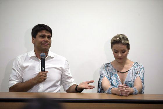 Pedro Paulo e a ex-mulher Alexandra durante a coletiva.