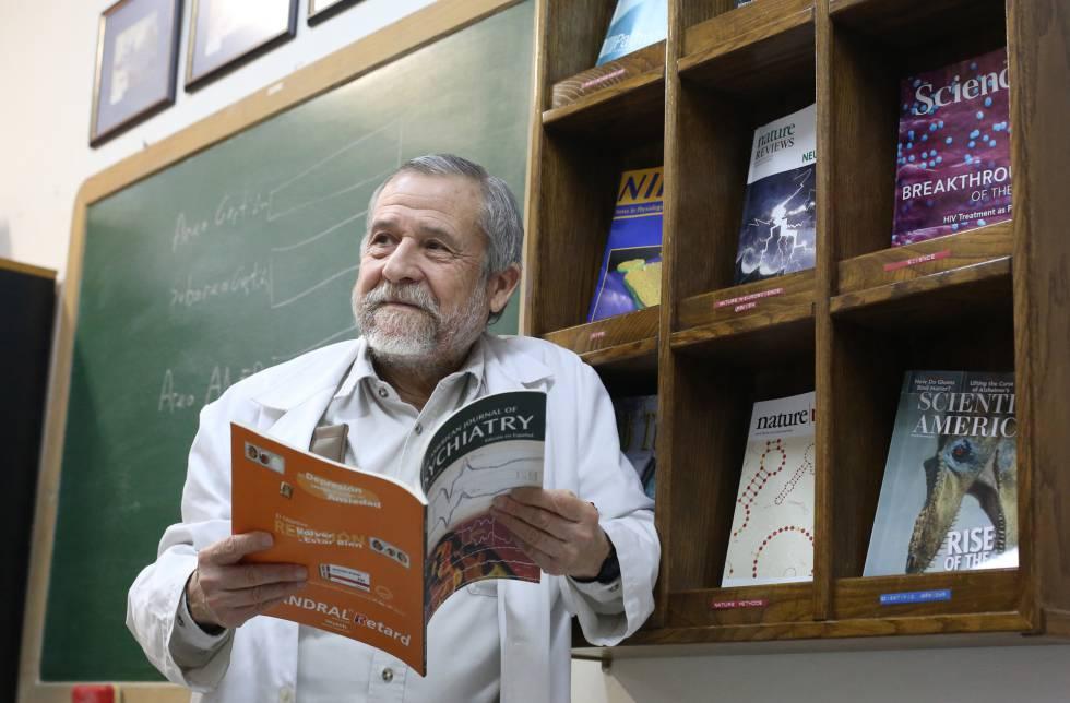 Francisco Mora em seu escritório na Faculdade de Medicina da Universidade Complutense.