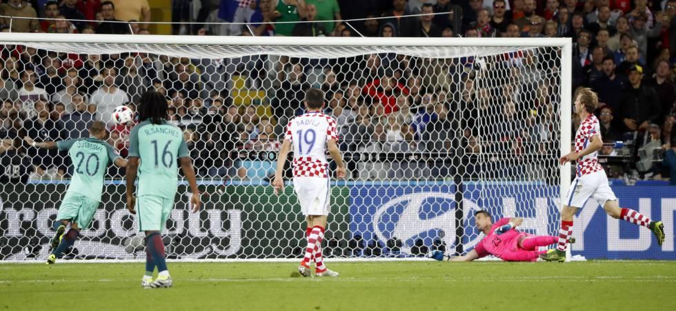 Quaresma marca o gol de Portugal.