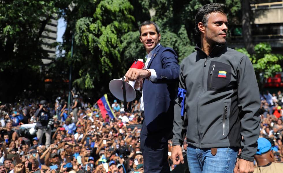 Juan Guaidó (à esquerda), junto a Leopoldo López, se dirige à multidão nesta terça-feira