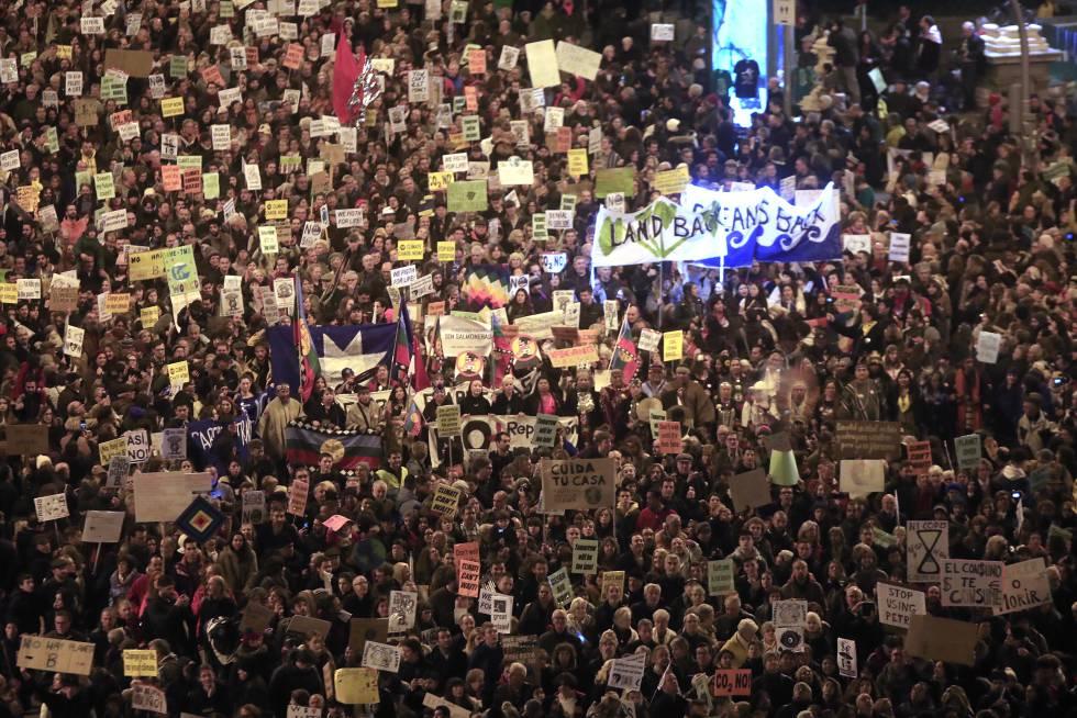 Manifestantes a favor do clima nas ruas de Madri.