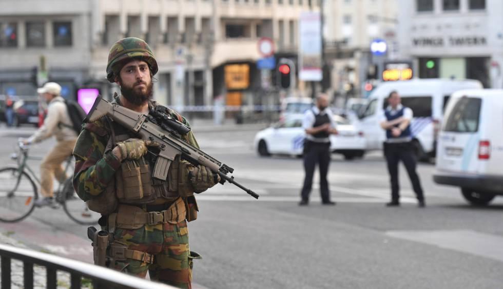 Um soldado vigia os acessos à estação central de Bruxelas nesta terça-feira.