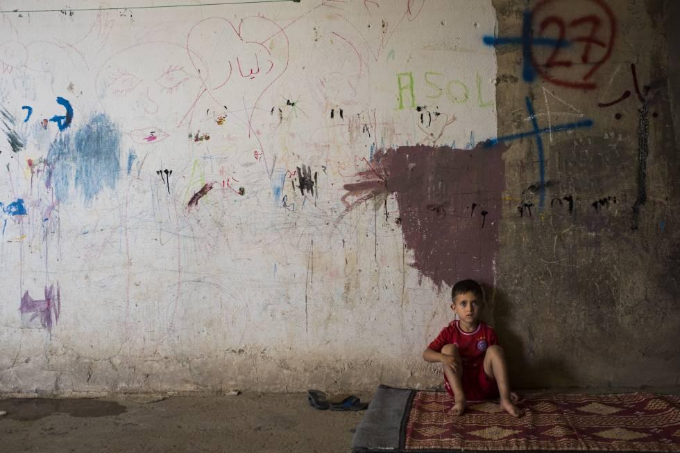 Menino refugiado na antiga prisão de Aqrah.