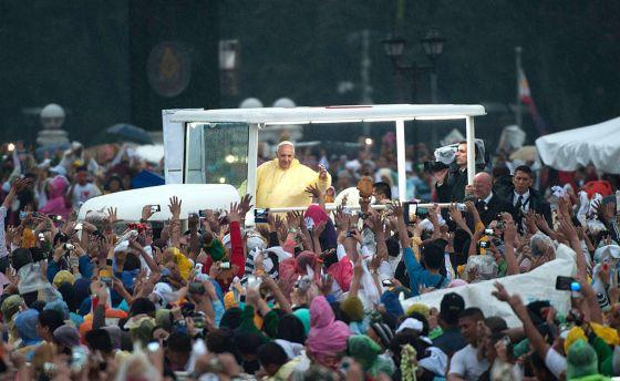 O Papa saúda os fiéis na sua chegada à missa.