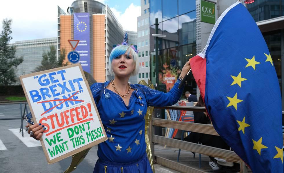 Uma mulher protesta contra o Brexit nesta quinta-feira em Bruxelas.