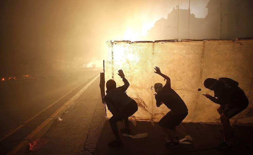 Manifestantes protestam segunda-feira em Santiago contra o Governo de Sebastián Piñera.