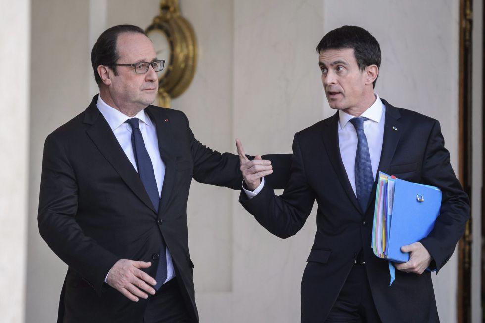 O presidente francês, François Hollande (esquerda), e o primeiro-ministro, Manuel Valls, após reunião do Conselho de Ministros, em Paris.