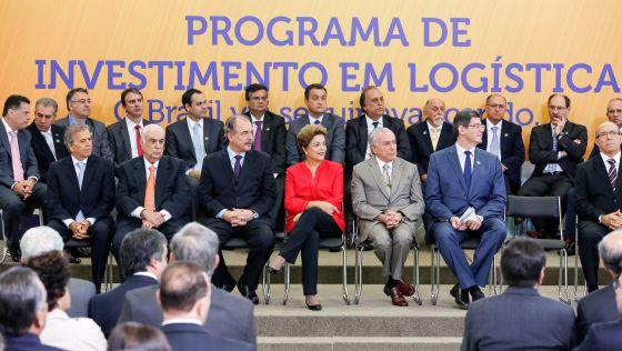 Dilma e sua equipe de Governo durante anuncio nesta terça. / PR