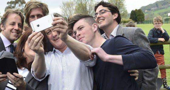 David Cameron faz um selfie com militantes conservadores.
