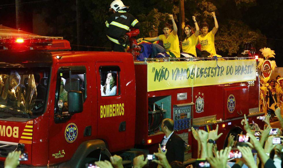 Filhos de Eduardo Campos em carro do Corpo de Bombeiros que levou o caixão do pai pelas ruas de Recife. Ao lado do carro, uma faixa com a frase dita pelo candidato na última entrevista dada por ele, na noite anterior a sua morte em um acidente aéreo.