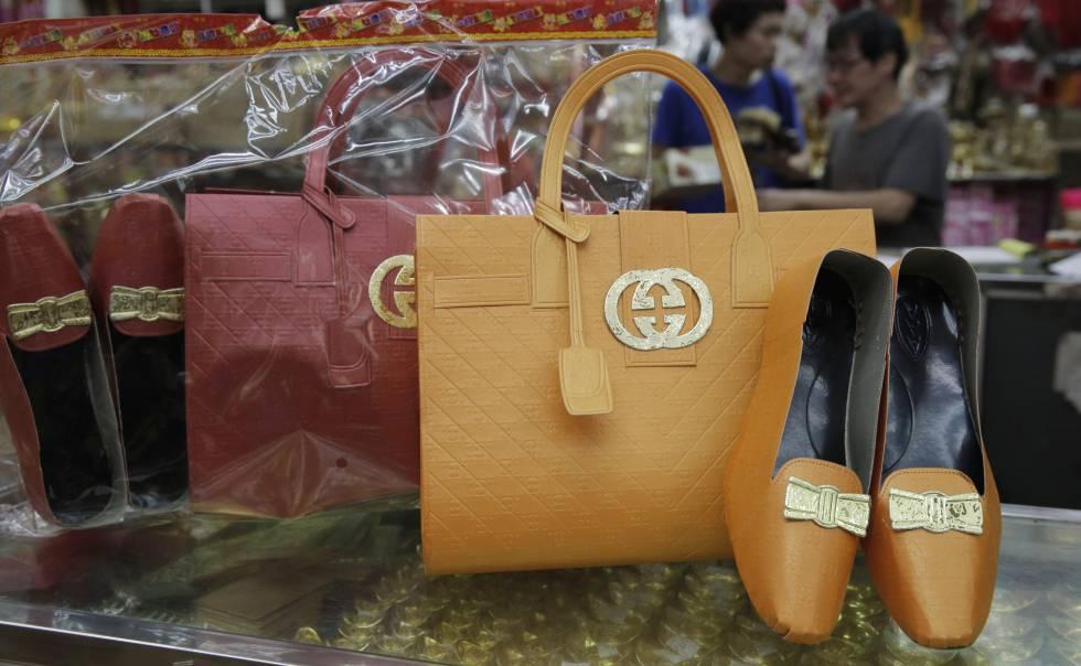 Bolsas e sapatos de imitação da Gucci.