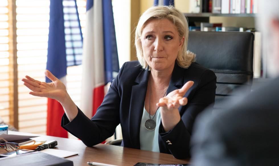 Marine Le Pen durante a entrevista realizada terça-feira em seu escritório.