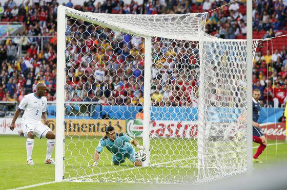 O goleiro hondurenho observa a bola no segundo gol francês.