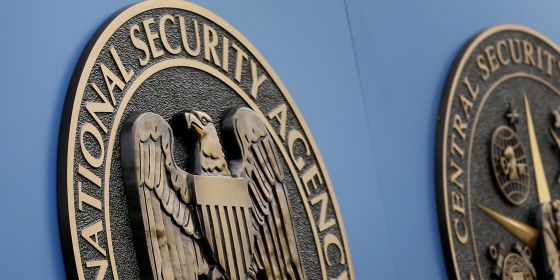 O símbolo da NSA em sua sede de Fort Meade (Estados Unidos).
