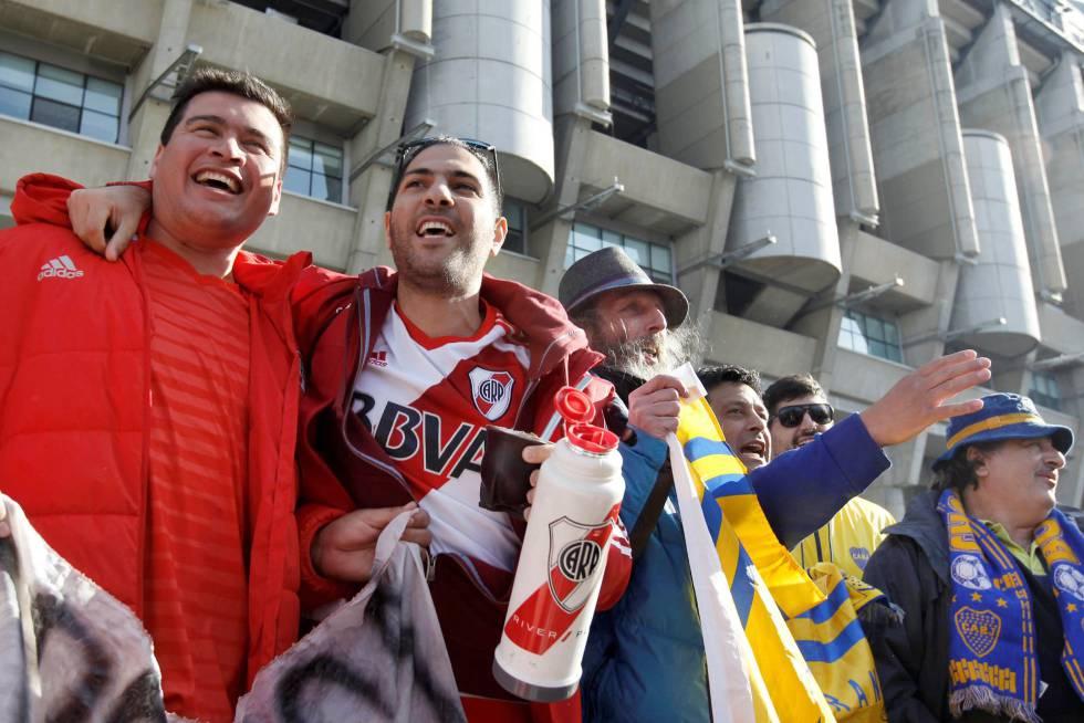 Torcedores do River e do Boca diante do estádio Santiago Bernabéu, em Madri, às vésperas da final da Libertadores.