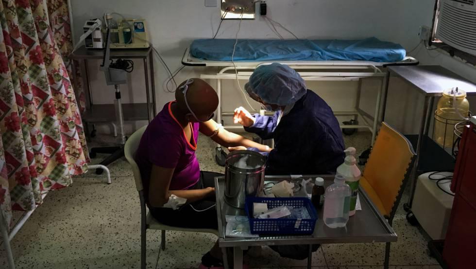 Um paciente é atendido em uma clínica venezuelana.