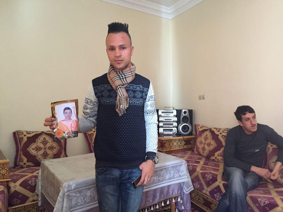 Mohamed Abdelmalki, 21 anos, posa com a foto do amigo Ilias Mazyani, 19, que morreu em 3 de dezembro na fronteira da Grécia com a Macedônia.