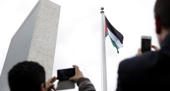 Bandeira palestina tremula pela primeira vez na sede da ONU.