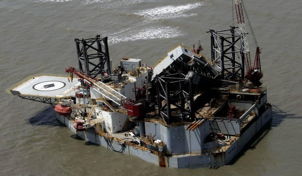 Plataforma petrolífera encalhada na ilha de Dauphin, Alabama, após a passagem do Katrina.