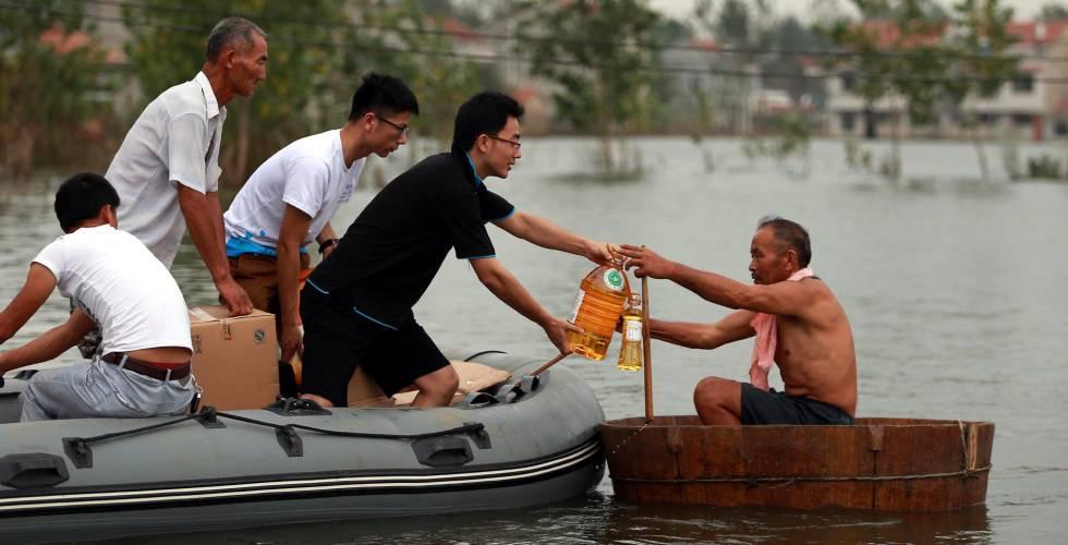 Voluntários ajudam um homem na província de Hubei.