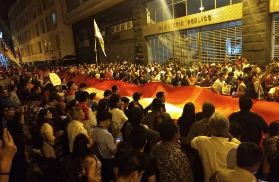 Protesto diante do Ministério Público em Lima.