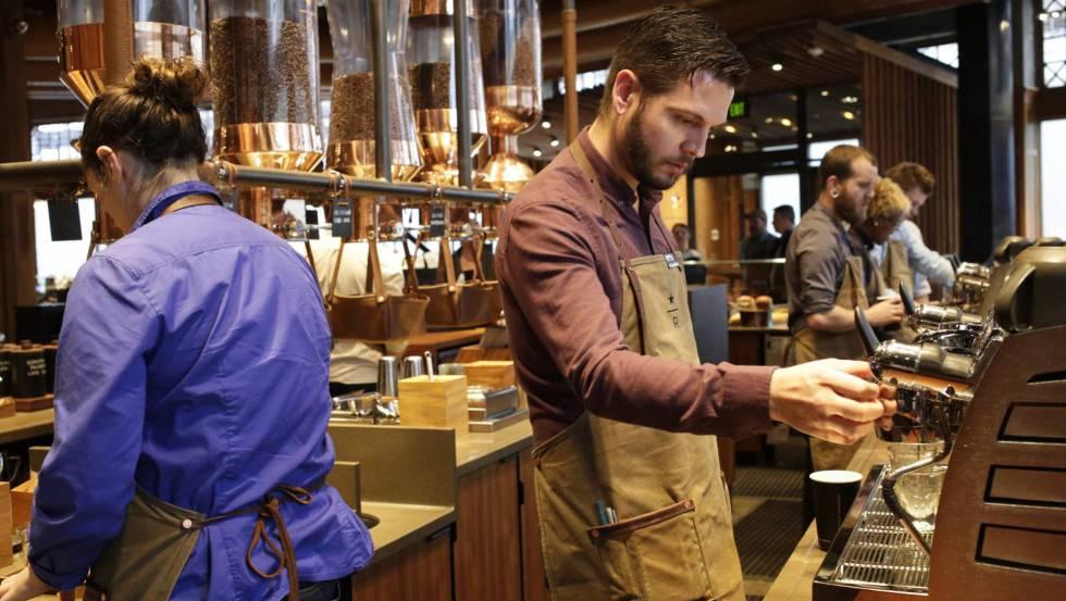 Empregados preparam café no Roastery de Starbucks, em Seattle (EUA)