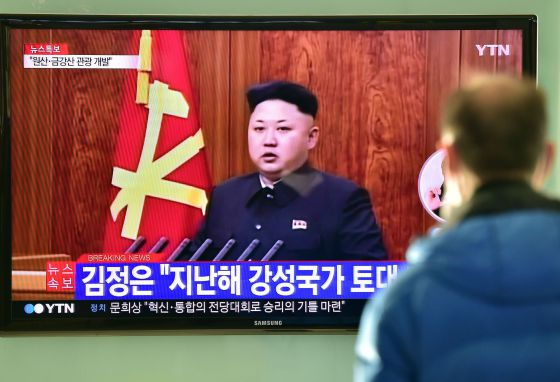 Homem assiste em Seul à mensagem de Kim Jong-un.