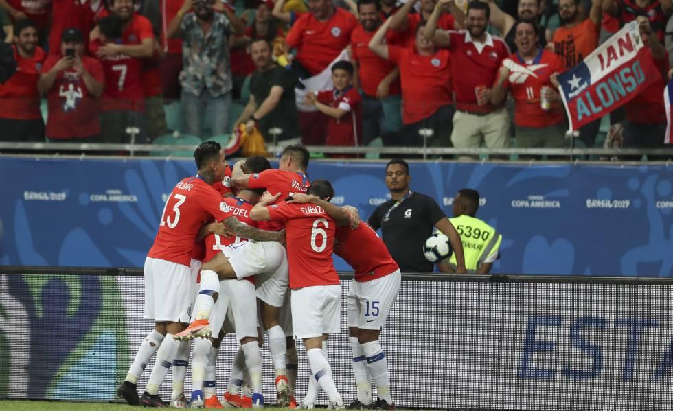 Chilenos comemoram o gol da vitória, de Alexis Sánchez.