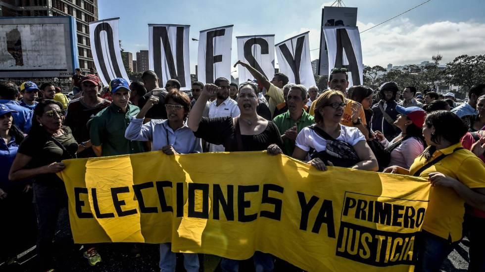 Opositores de Nicolás Maduro se manifestam em Caracas na terça-feira.