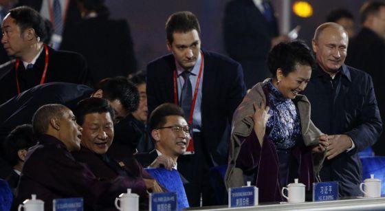 Putin ajuda primeira-dama chinesa com manta contra frio e gera polêmica.