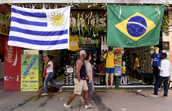 Sete Lagoas, pronta para o Mundial com bandeiras do Brasil e do Uruguai.