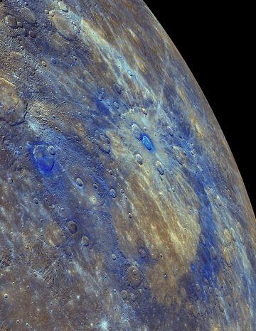 As áreas de baixa refletância de Mercúrio (em azul) são restos da crosta original do planeta, segundo o estudo.