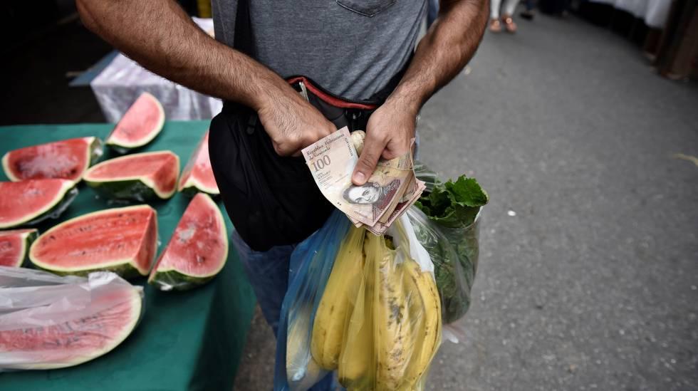 Um homem faz compras em uma feira em Caracas, na Venezuela.