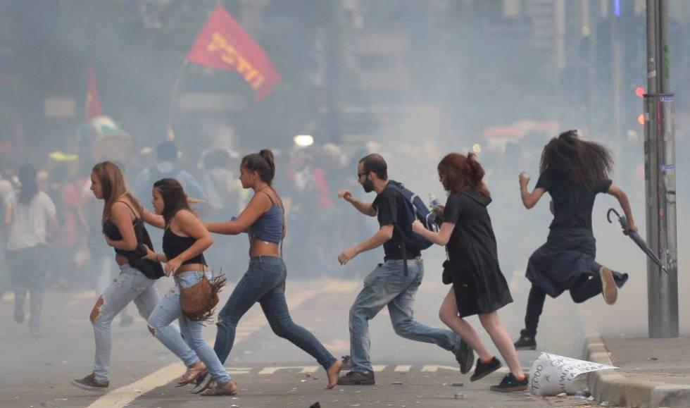 Manifestantes correm de bombas atiradas pela PM, em ato em 2016 em SP.